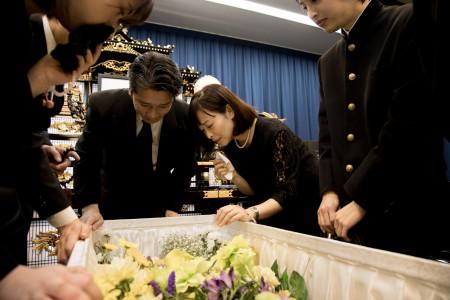 葬式の費用はどれ位?予算内で希望の葬儀を行うための方法も紹介